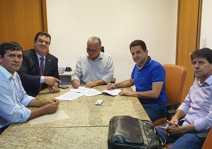 Deputado Marquinho Viana na assinatura de convênio para construção de ponte em Rio de Contas