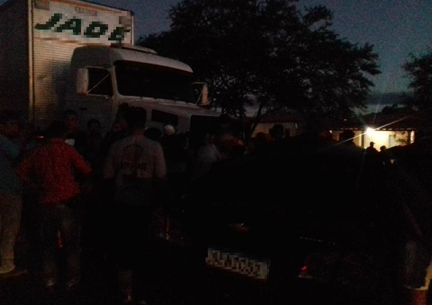 Mulher morre e quatro pessoas ficam feridas após batida entre caminhão e carro