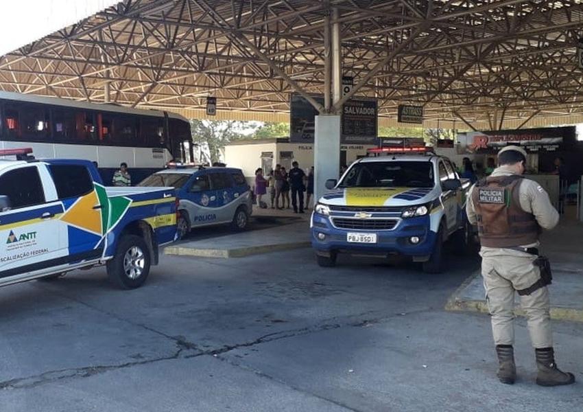 Com pneus 'carecas', ônibus clandestino que levava passageiros é apreendido em Juazeiro