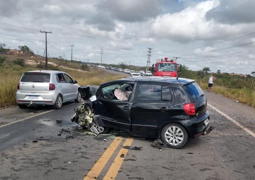 Mãe e filho natural de Poções morrem em batida entre dois carros em Camaçari