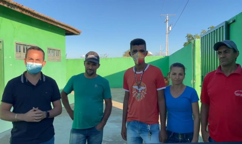 Ituaçu: Phellipe Brito visita comunidade e da ordem de serviço para reforma de Escola
