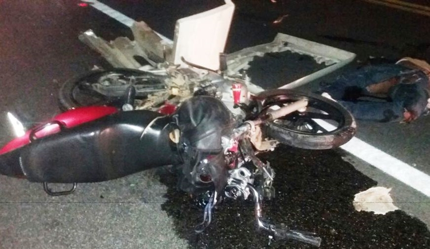 Motociclista bate de frente com caminhão e morre na BR-116, em Jequié