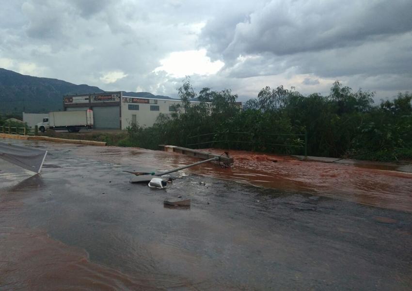 Poste de energia cai e ruas ficam alagadas após forte chuva em Livramento de Nossa Senhora