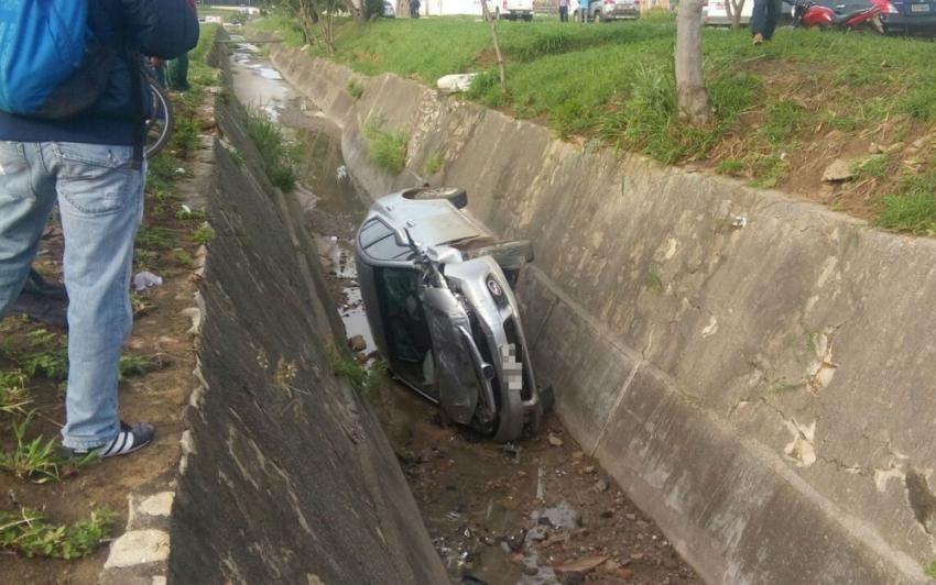 Motorista se distrai, perde controle do veículo e cai em vala na cidade de Vitória da Conquista