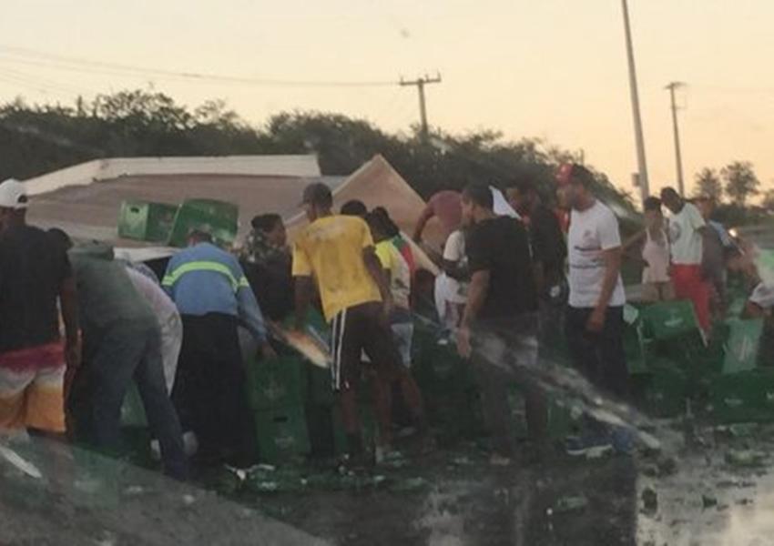 Carga de cerveja Heineken é saqueada após caminhão tombar na BR-116