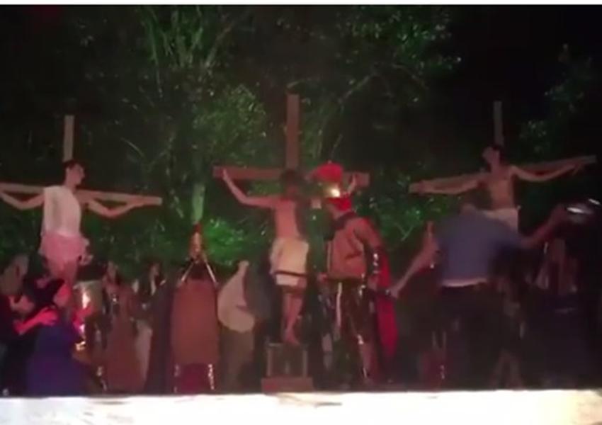 Homem invade  encenação de Paixão de Cristo para 'salvar Jesus' e agride ator com capacete