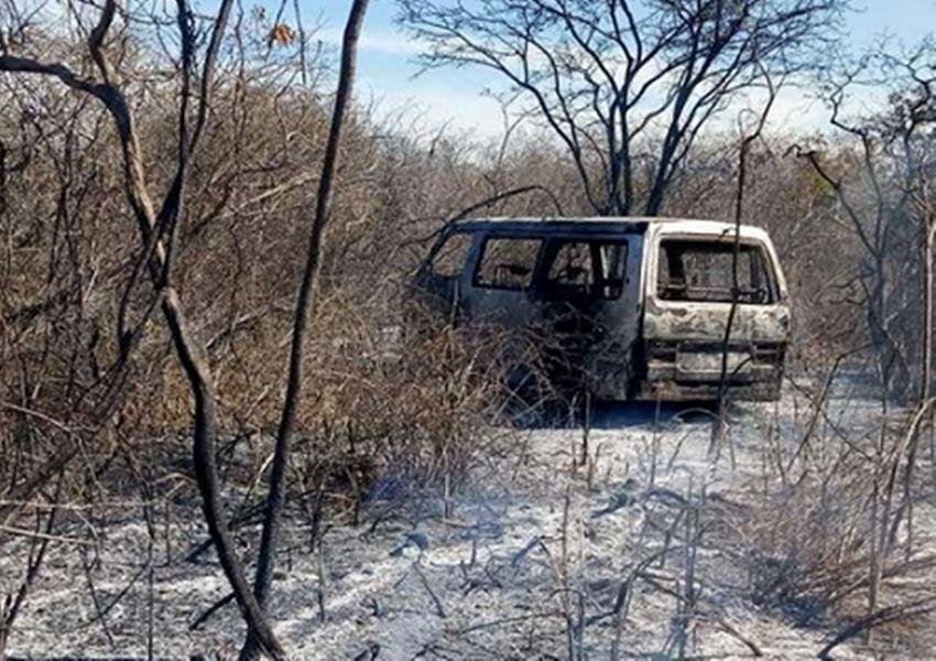 Van conduzida por vice-prefeito é tomada de assalto, passageiros são saqueados e veículo incendiado