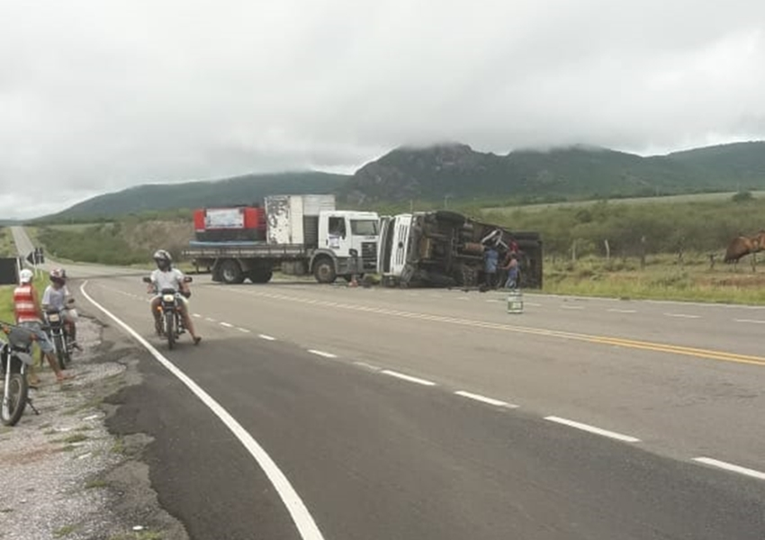Caminhão tomba na BA-148 trecho de acesso a cidade de Dom Basílio