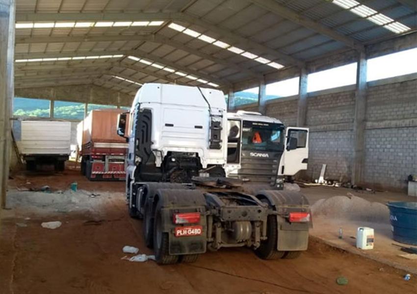 Brumado: PM apreende em galpão veículos com restrição de furto/roubo e carga de farelo de soja