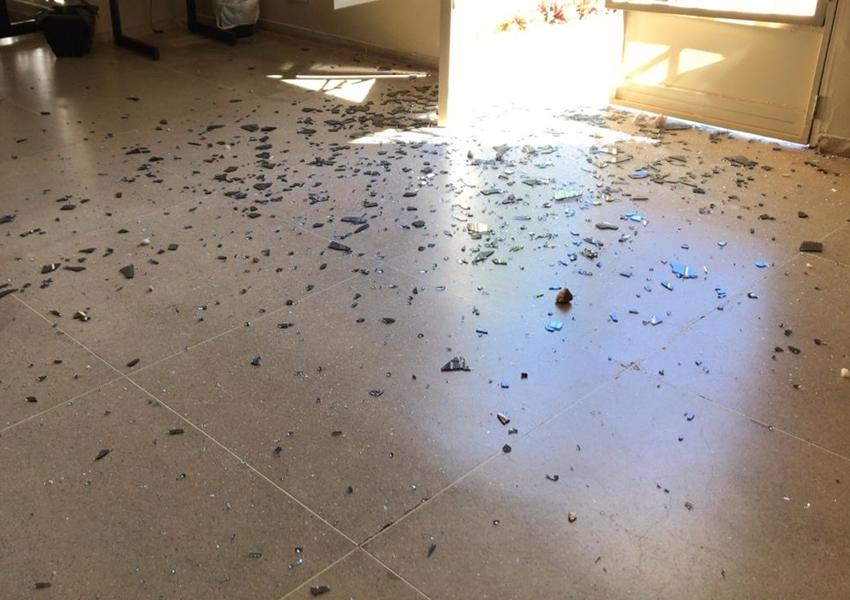 Homem atira pedras em porta de vidro e provoca danos ao fórum de Paramirim