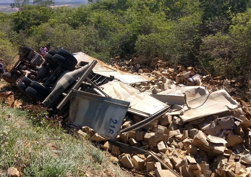Motorista morre após caminhão baú tombar na BA-142 em Ituaçu