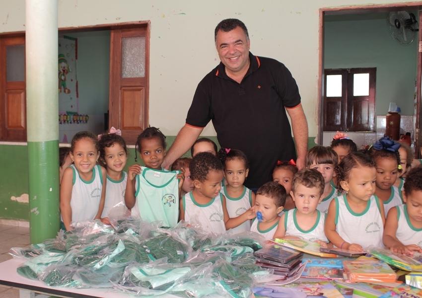Prefeito de Livramento Ricardinho Ribeiro entrega uniformes escolares nas creches