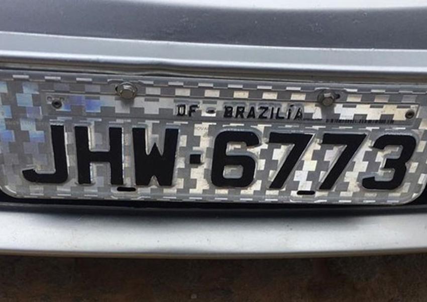 Mecânico é preso suspeito de falsificar placa de carro; Brasília aparece escrito na placa com  Z