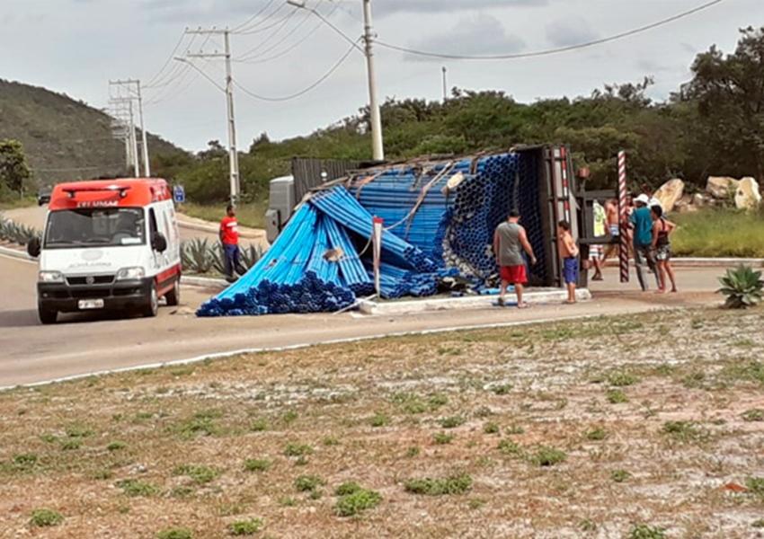 Rio de Contas: Caminhão carregado com canos de PVC tombou na rotatória da rodovia BA-148