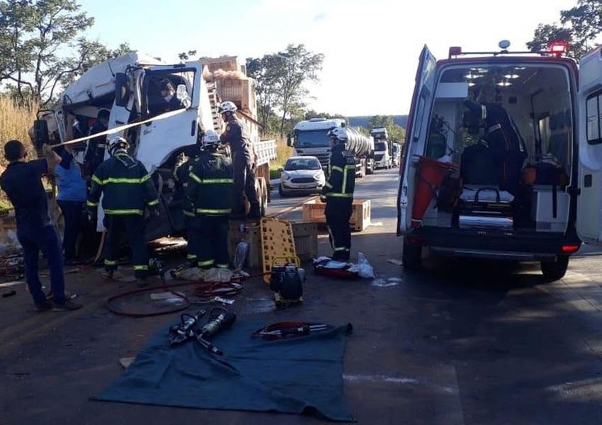 Barreiras: Motorista morre preso às ferragens após batida entre caminhão e carreta