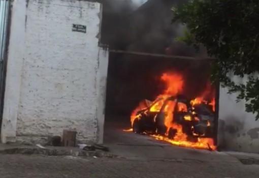 Brumado: Carro pegou fogo dentro de oficina mecânica