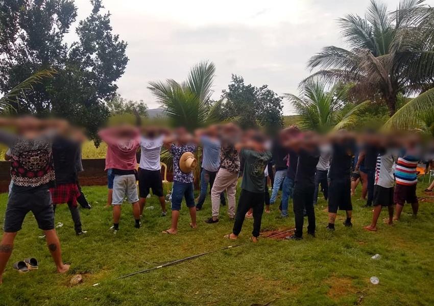 Polícia Militar encerra festa com mais de 60 jovens na zona rural Brumado
