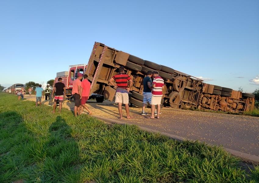 Motorista de carreta perde controle da direção e tomba na BR-242; soja ficou espalhada em rodovia