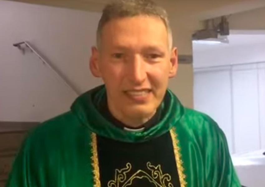 """""""Não quebrou nada"""", diz Padre Marcelo Rossi após levar empurrão"""