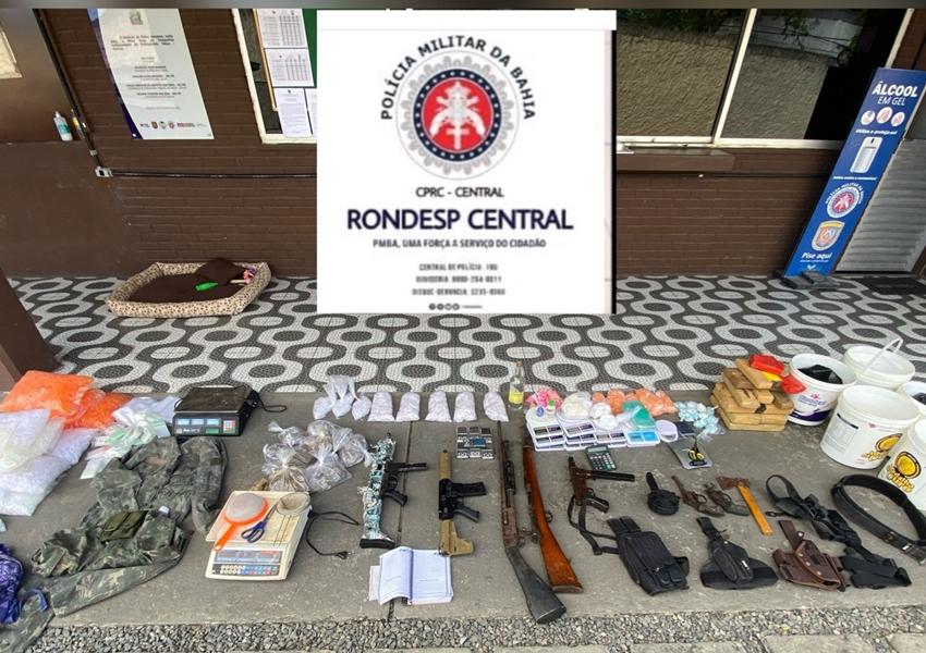 Salvador: Fuzis, submetralhadora, balanças e drogas são apreendidos no Arenoso