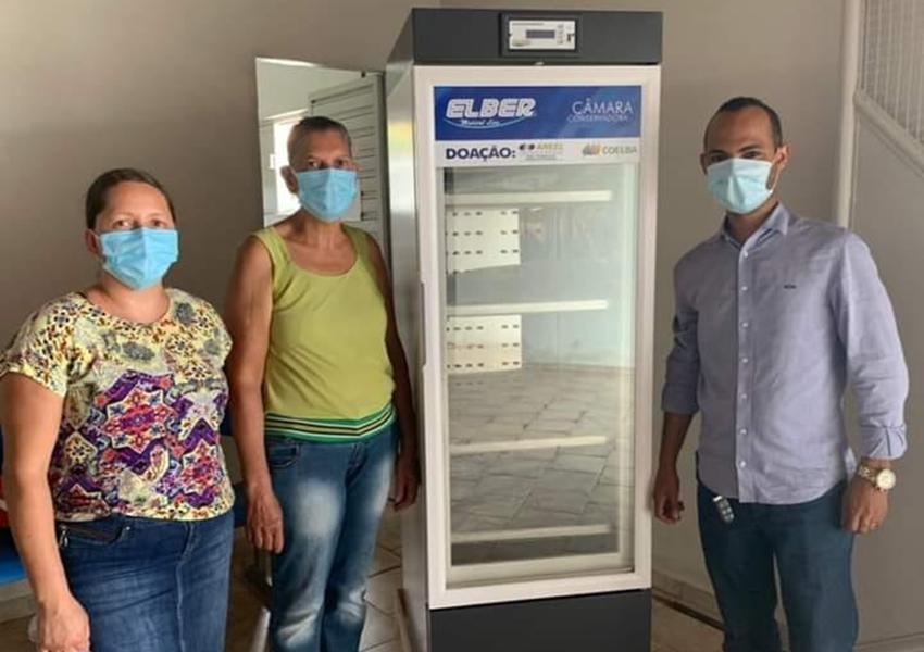 Município de Dom Basílio recebe da Coelba Refrigerador Científico para armazenamento de vacinas