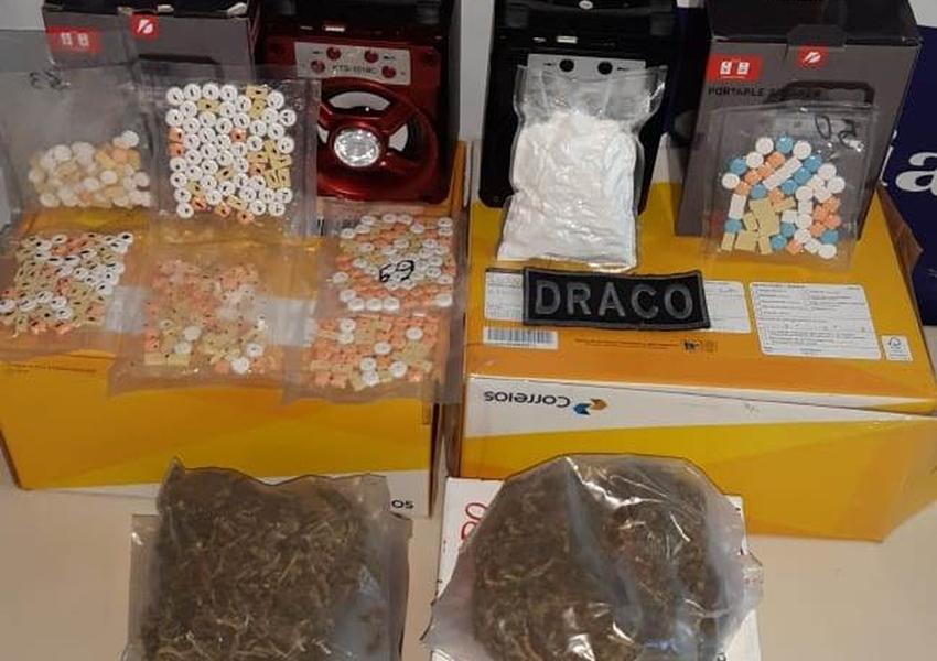 Drogas sintéticas e maconha são apreendidas em caixas de som e embalagens de presentes na Central dos Correios, na Bahia