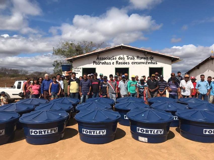 Livramento: Comunidade de Pedrinhas recebe caixas d' água e tubos dos deputados Waldenor Pereira e Zé Raimundo