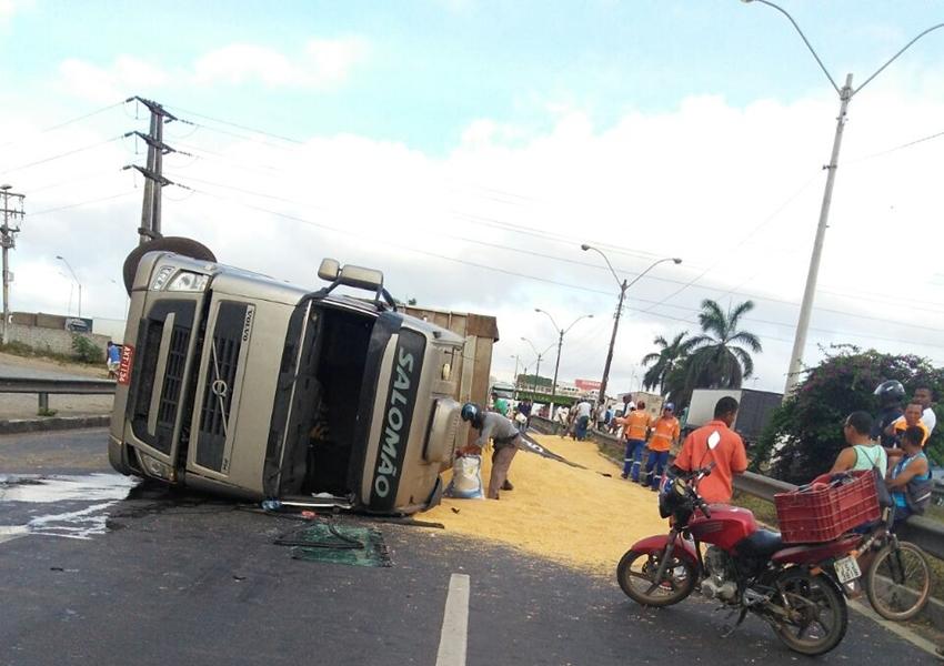 Feira: Carreta com carga de R$ 60 mil tomba na BR-324 e deixa trânsito congestionado