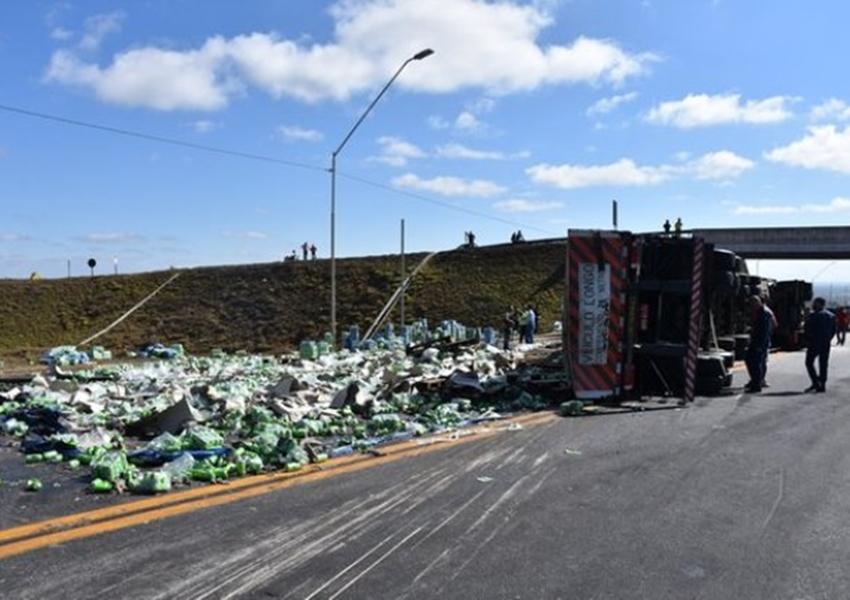 Carreta com 48 toneladas de refrigerante tomba em rodovia e PM frustra saque