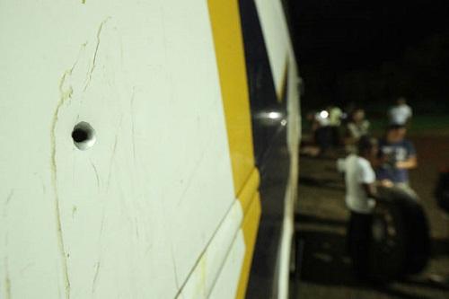 Ônibus da caravana de Lula são atingidos por tiros no Paraná
