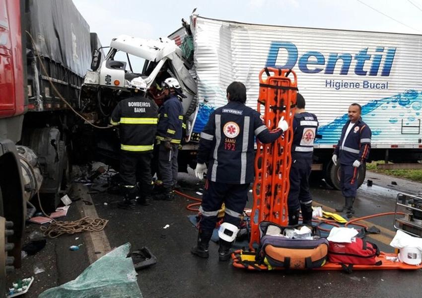Barreiras: Acidente entre caminhão e carretas deixa motorista preso a ferragens e bloqueia pista da BR-242