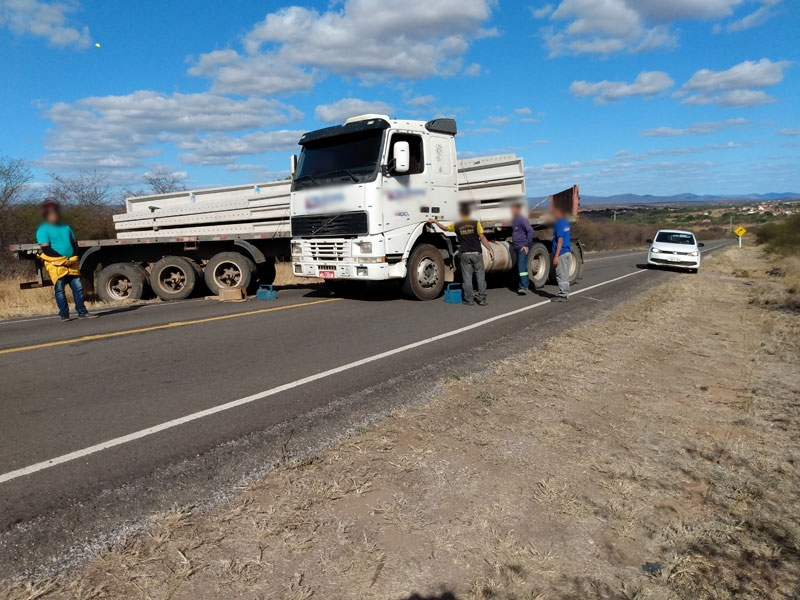 BA 148: Caminhão desengrena e por pouco não atinge condutor