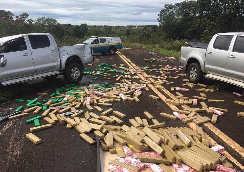 Caminhonete capota e tabletes de maconha ficam espalhados em rodovia do MS