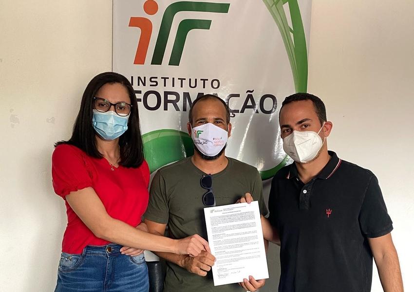 Prefeito de Ituaçu assina termo de cooperação entre Prefeitura e Instituo Formação