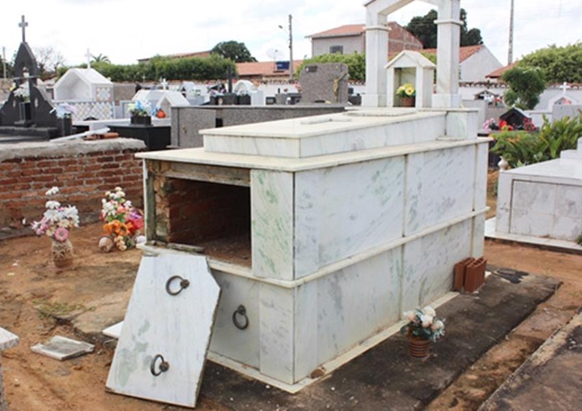 Túmulos do cemitério de Livramento de Nossa Senhora foram arrombados