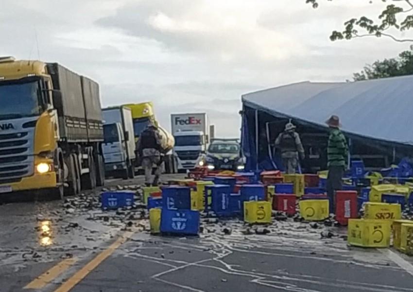 Batida frontal entre carreta e caminhão-baú deixa mortos e feridos em rodovia da Bahia