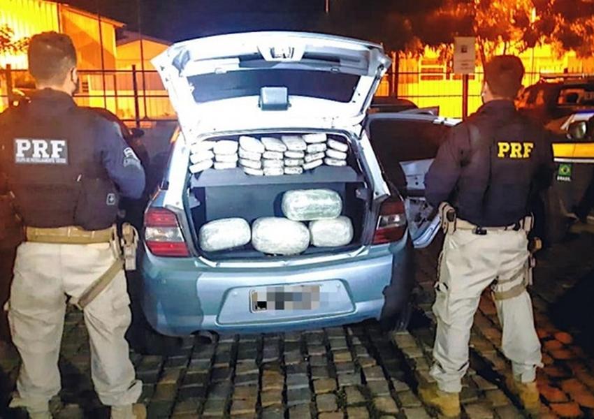 Dois são presos após serem flagrados com 35 kg de maconha em carro; dupla levava criança para despistar polícia