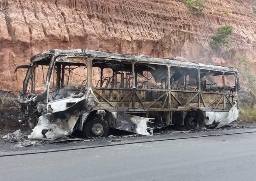 Ônibus fica destruído após pegar fogo em rodovia na Bahia; motorista escapa por pouco