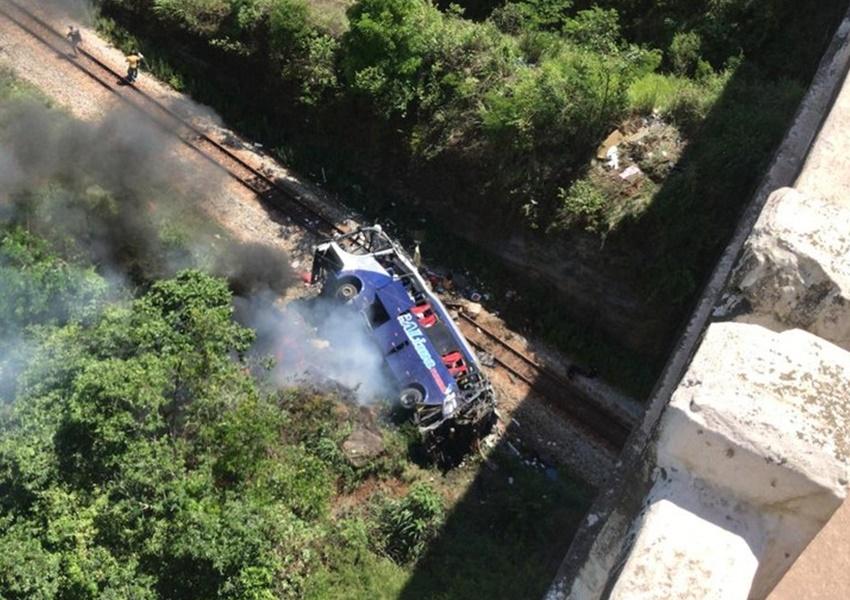 MG: Ônibus cai de viaduto na BR-381 em João Monlevade