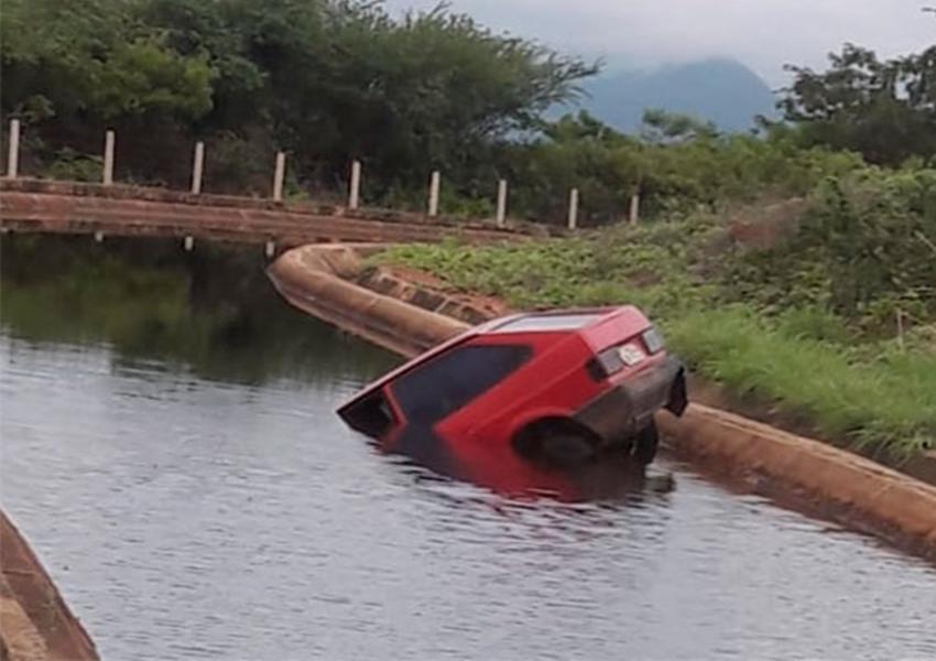 Carro cai dentro do canal de irrigação em Livramento de Nossa Senhora