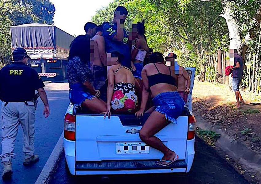 Teixeira de Freitas: Jovem é preso por dirigir bêbado e transportar 20 pessoas em caminhonete no sul da Bahia
