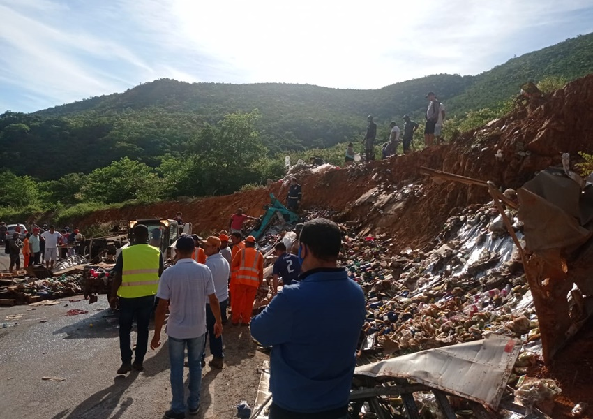 Rio de Contas: Motorista fica preso às ferragens após caminhão tombar; veículo ficou destruído