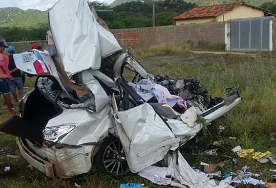 Carro pega fogo após bater com carreta de etanol e motorista morre na BR-116, próximo a Jequié