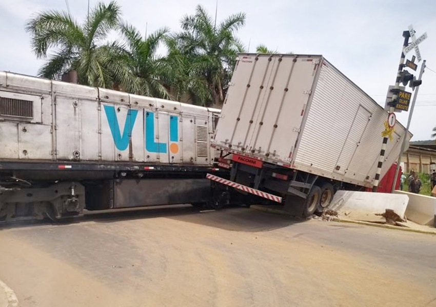 Brumado: Caminhão é atingido por trem após motorista tentar atravessar linha férrea