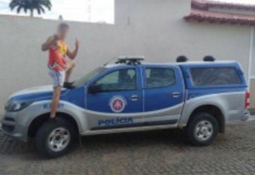 Após fazer selfie com gestos obscenos em cima de viatura da PM trio é detido em Candiba