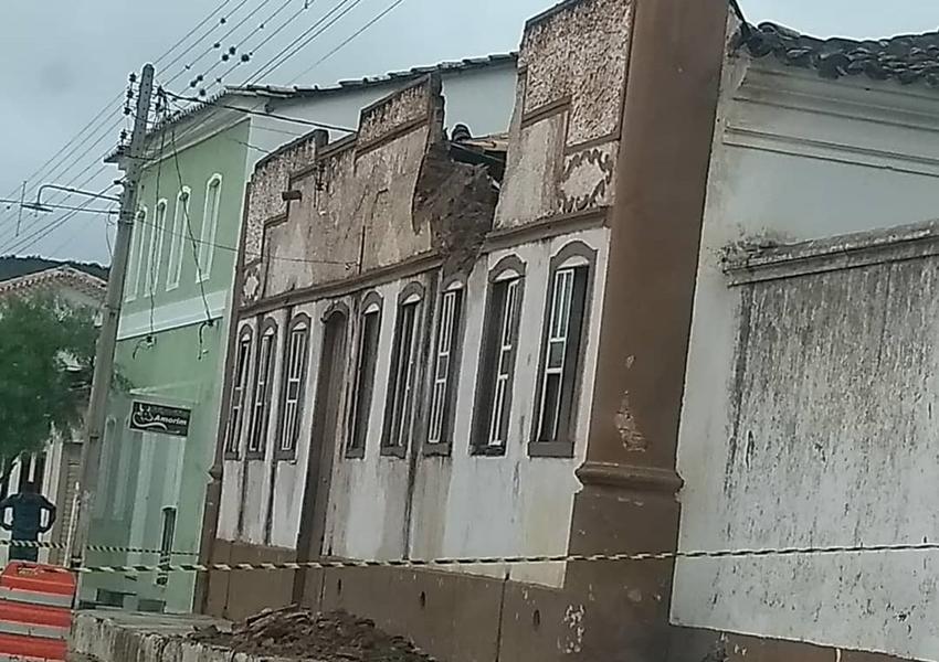 Fachada de Casa histórica não resiste à umidade e despenca parcialmente no Centro Histórico de Rio de Contas