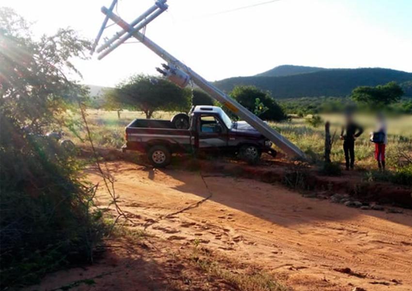 Caminhonete colide contra poste na zona rural de Livramento