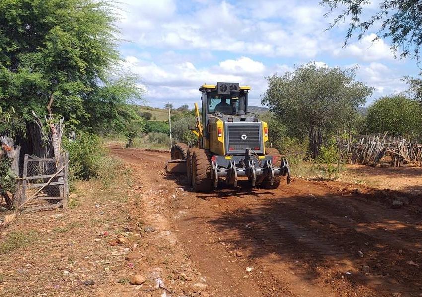 Dom Basílio: Prefeitura recupera estradas vicinais da comunidade de Salobo