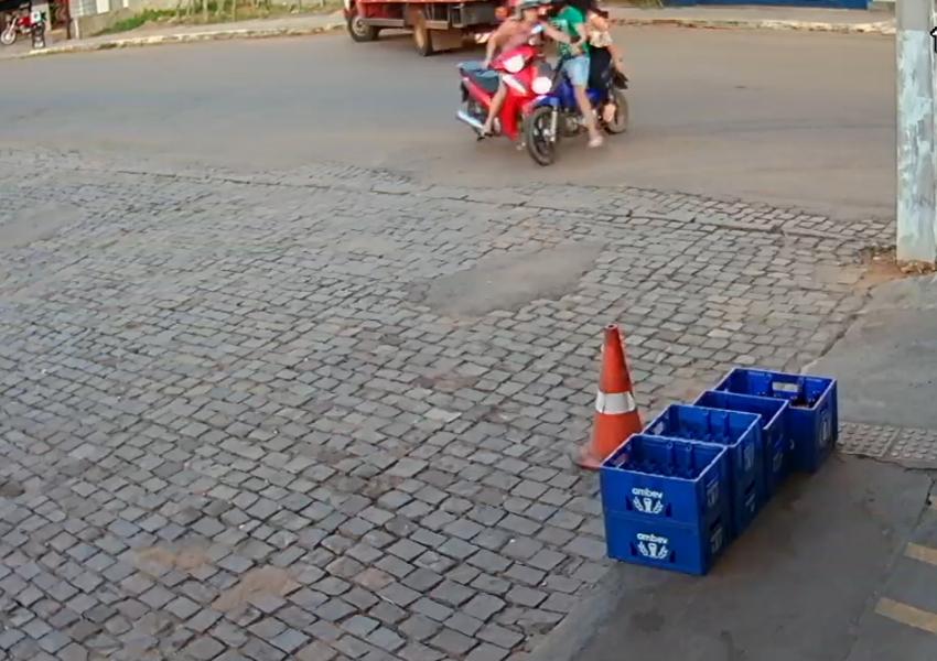 Livramento: Câmera de monitoramento registra colisão entre motocicletas; veja vídeo