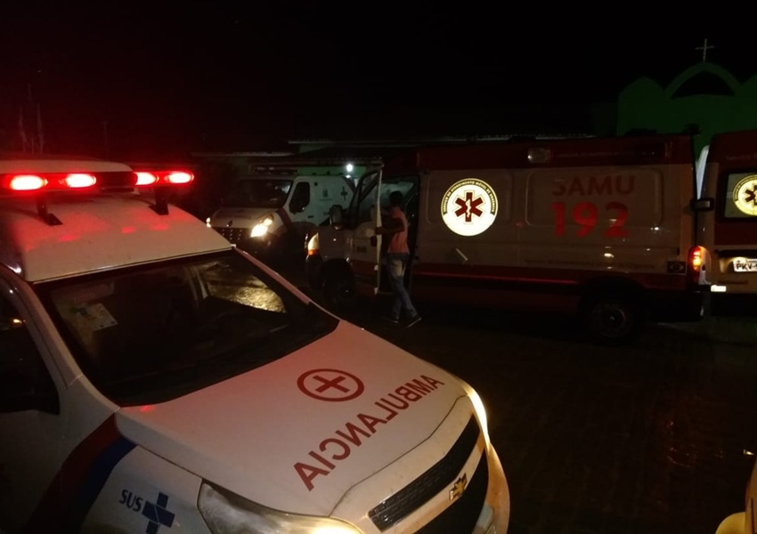 Batida entre micro-ônibus e carreta deixa cinco pessoas mortas e 13 feridas na Bahia